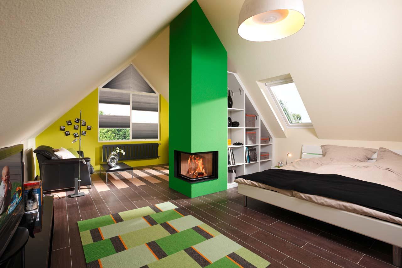 Zweiseitiger Eckkamin mit Brunner Kamineinsatz in Dachgeschoss und Dachschräge integriert