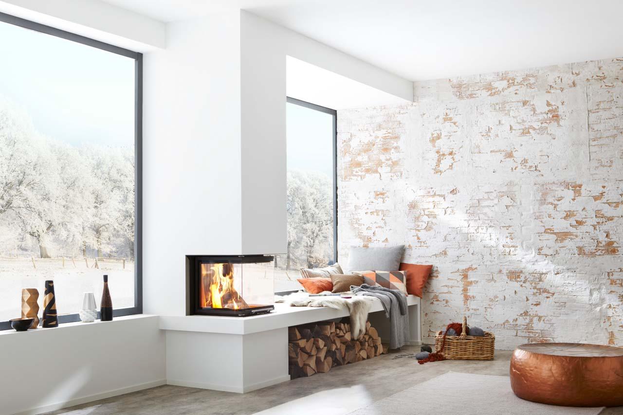 Kompakter, schlichter dreiseitiger Panoramakamin mit Brunner Kamineinsatz und hochschiebbarer Tür
