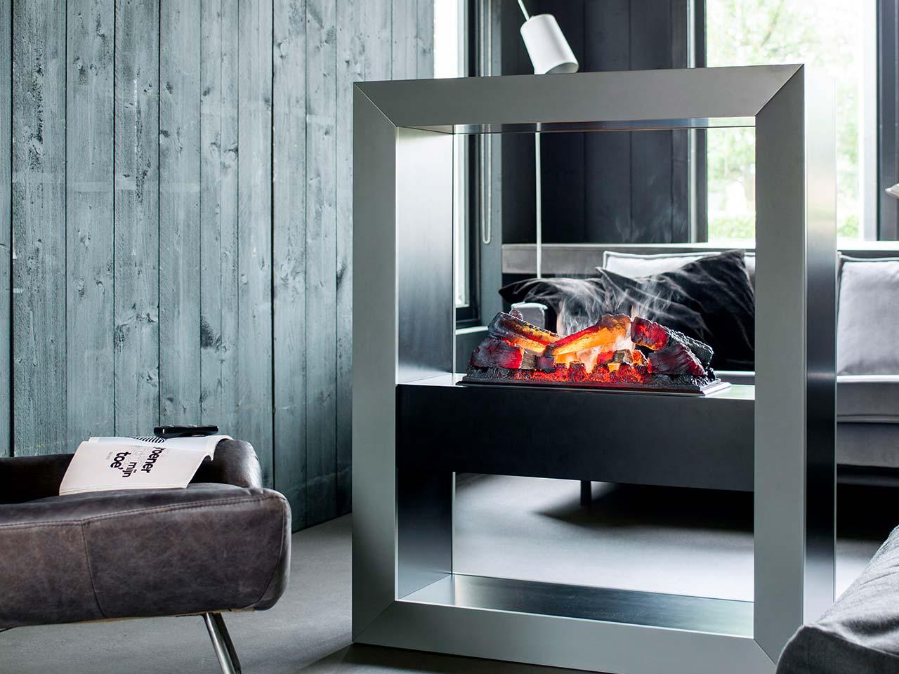 Moderner Edelstahl Elektrokamin Modell Faber Opti Myst Boxx mit schwarzer Feuerbox und Fernbedienung.