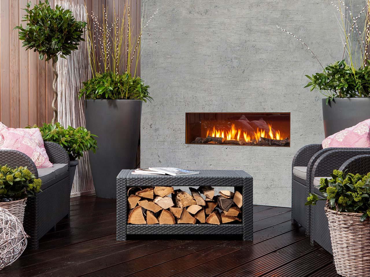 Garten-Gaskamin Faber The Mood mit realistischen Holzimitaten für ein zauberhaftes Flammenspiel im Garten.