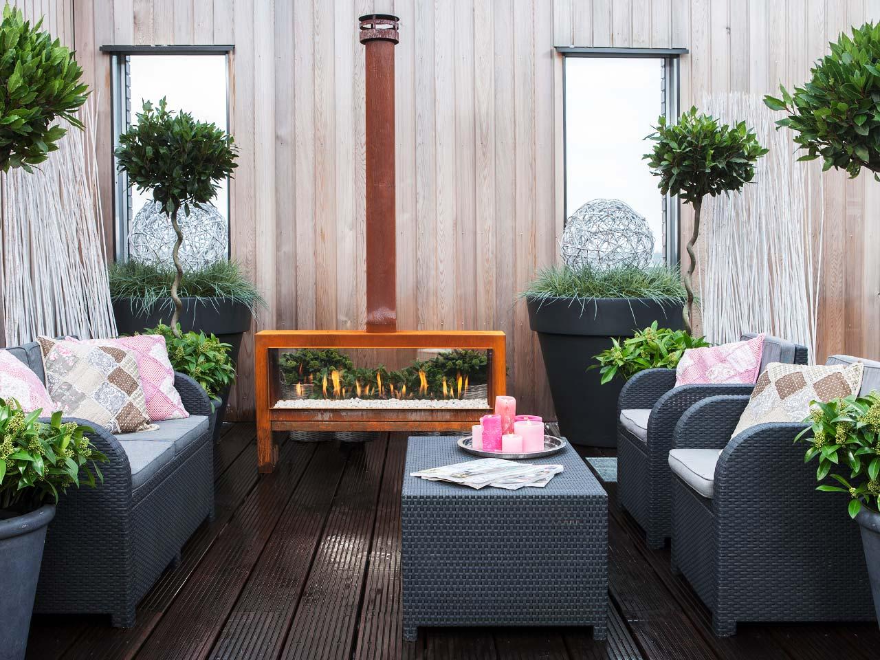 Der freistehende Gartenkamin Faber The Mood in Rostoptik bringt die Wohlfühlatmosphäre des Kamins in Ihren Garten.
