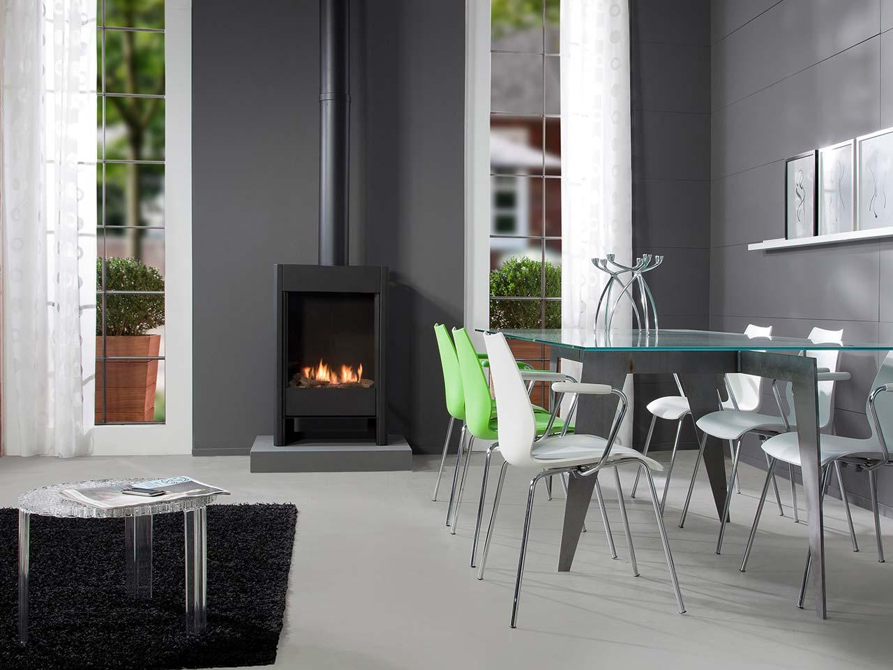Haber Farum Gaskaminofen in schwarz mit realistischen Holzimitaten sowie sichtbarem Ofenrohr.