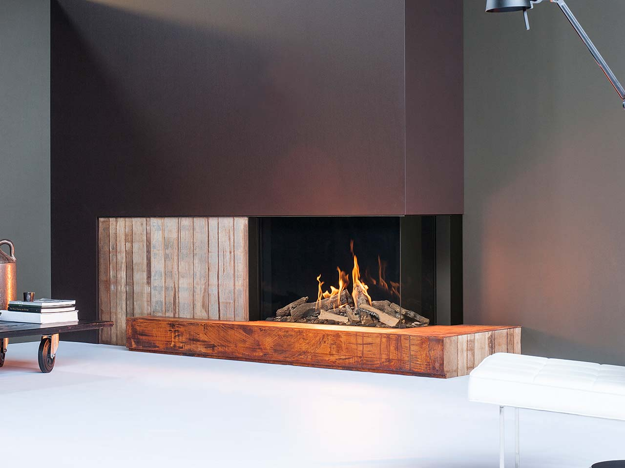 Faber Gaskamin Matrix 1050/650 mit Holzverkleidung, großer Scheibe und realistischen Holzimitaten.