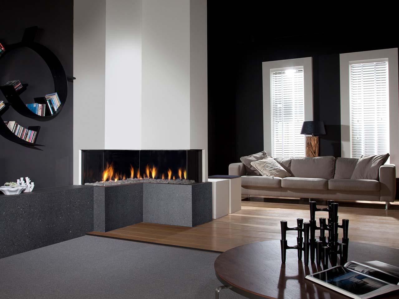 Gaskamin Faber Respect IC mit L-Form-Brennraum und Steinen sowie Fernbedienung.