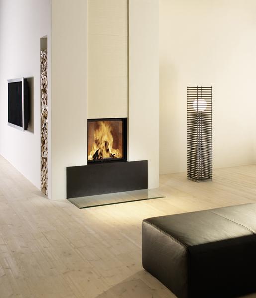 Brunner Warmluftkamin aus Naturstein mit Sommerhuber Kacheln, Holzfach und Feuertisch