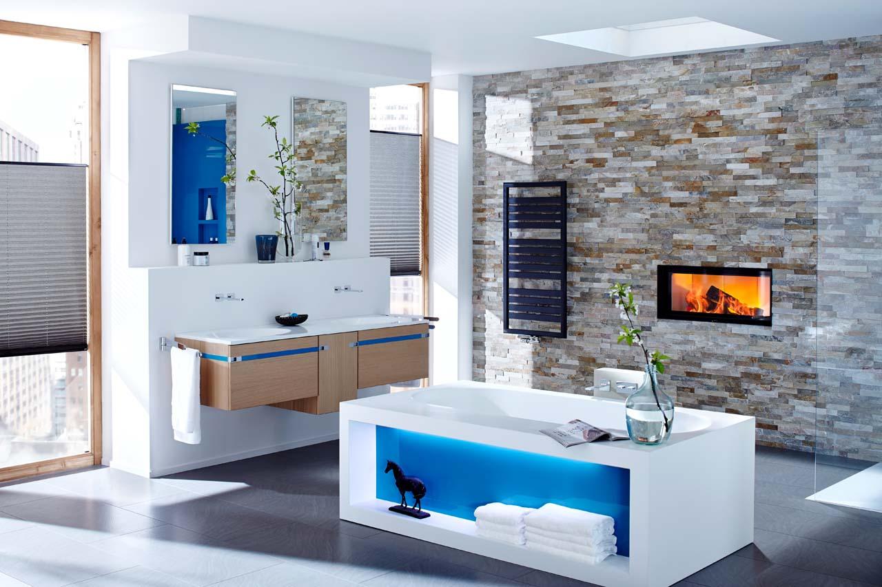 Wellness-Oase Badezimmer-Kamin mit Natursteinverkleidung und schwarzem Rahmen
