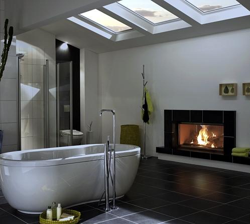 Stilkamin fürs Badezimmer von Brunner mit Ofenkacheln und Edelstahlrahmen