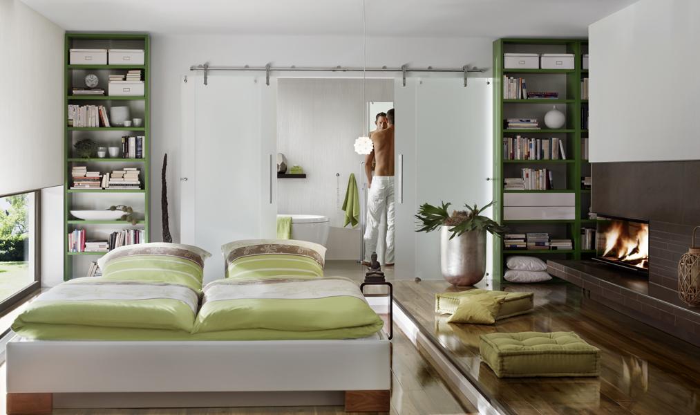 Schlafzimmer-Speicherkamin über Eck mit Ofenkachelverkleidung und Edelstahlrahmen