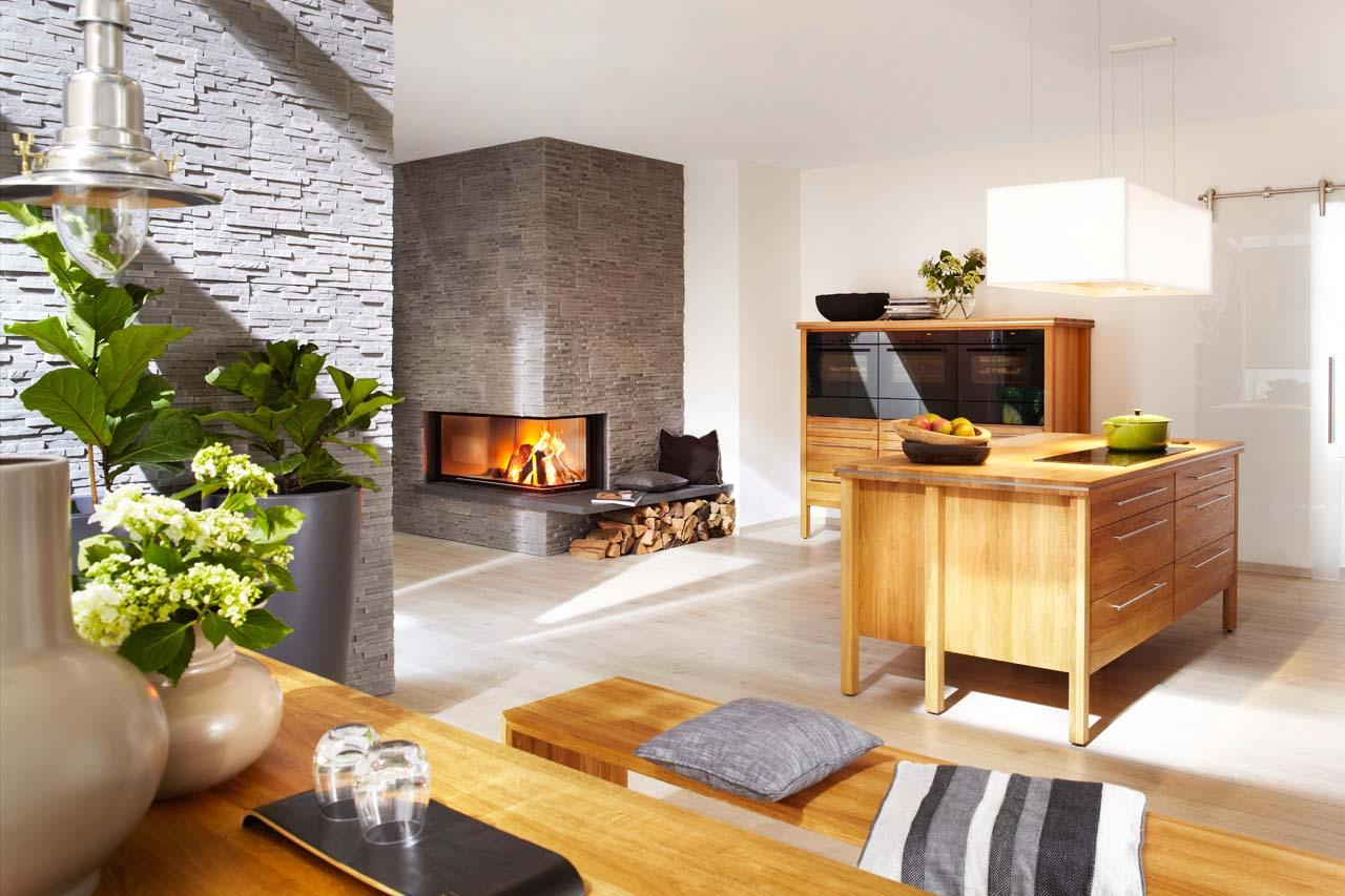 Brunner Speicherkamin in der Küche mit besonderer Steinoptik und Feuertisch