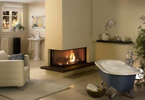 Badezimmer-Speicherkamin in Eckausführung aus Naturstein mit Feuertisch und Edelstahlrahmen
