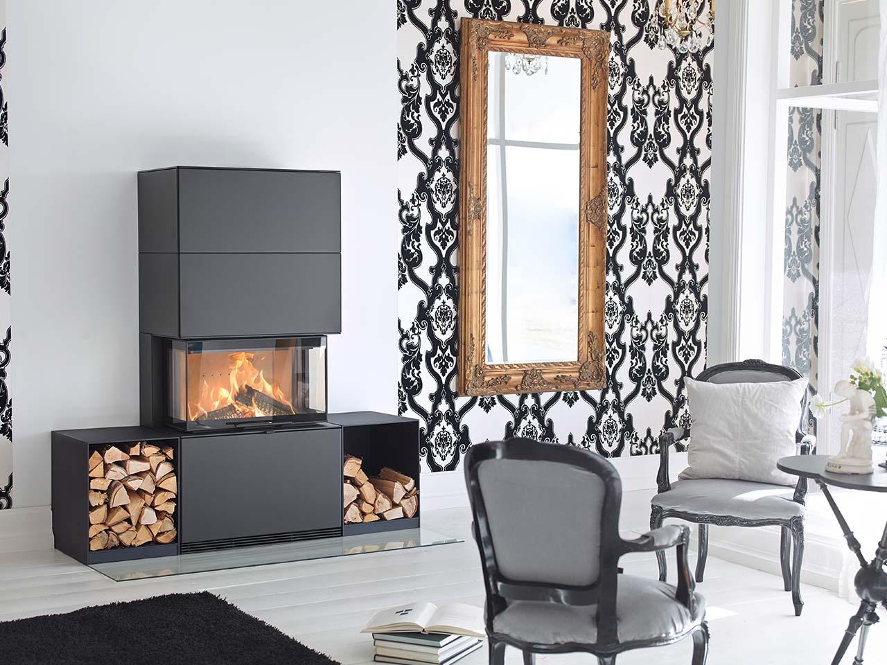 Kaminofen Contura i51 aus matt schwarzem Stahl mit seitlichem Stauraum