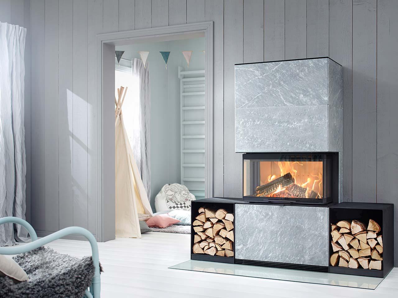 Moderner Kaminofen Contura i51t mit Speckstein-Verkleidung und seitlichen Fächern zur Holzablage