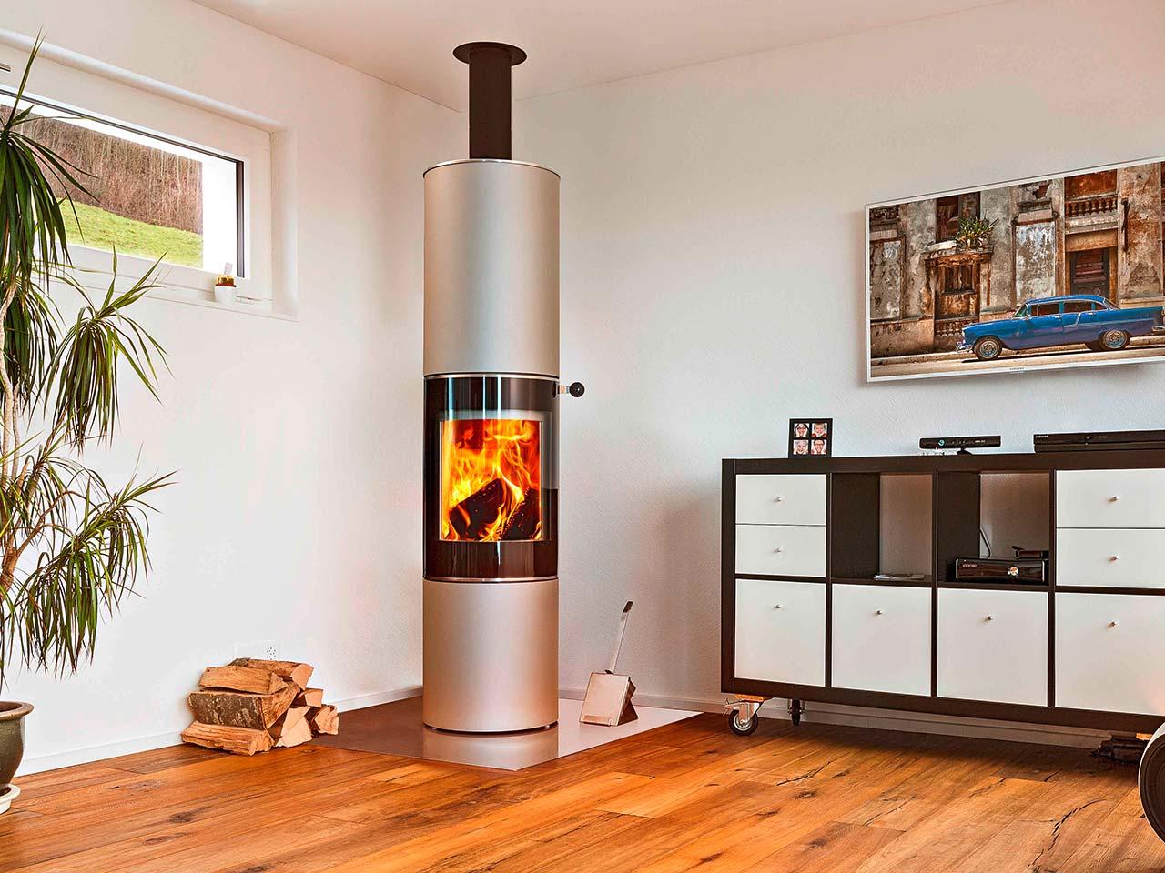 Runder Design-Kaminofen attika Pilar 180, vernickelt, freistehend mit halbrunder Glasscheibe und Speicherelement