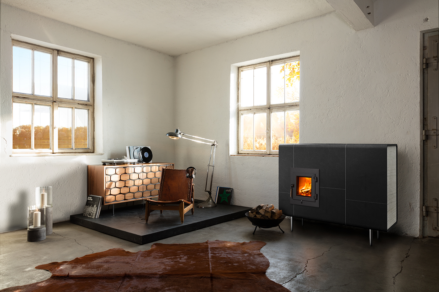 Freistehender Designer-Kachelofen Frame mit schwarzen Kacheln und weisser Seite. Foto: Kaufmann Keramik
