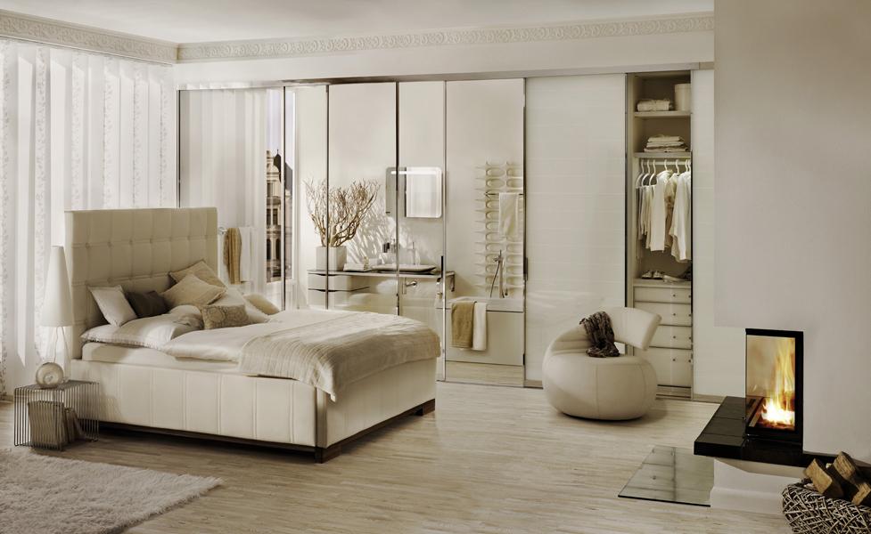 Panoramakamin / Warmluftkamin im Schlafzimmer aus Naturstein mit Feuertisch und Brunner Brennzelle