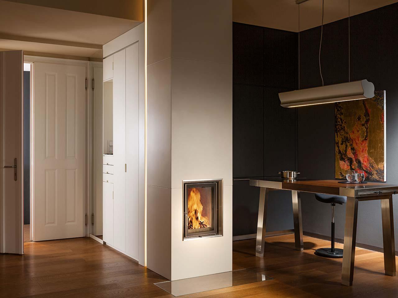 Moderner und eleganter quadratischer Kachelofen mit hellen Kacheln. Foto: Sommerhuber