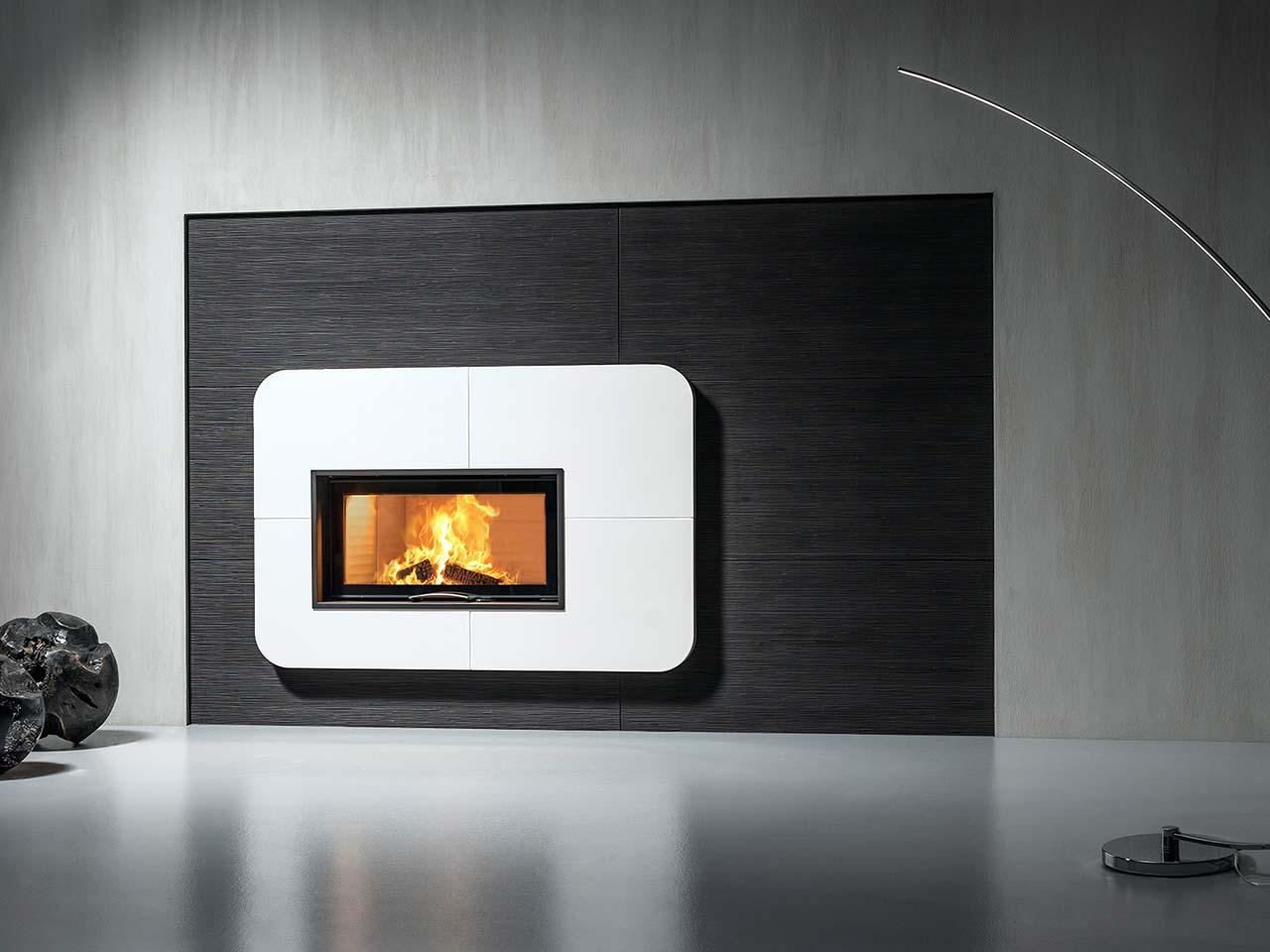 Eleganter Design-Kachelofen aus weißen und schwarzen Kacheln. Foto: Sommerhuber