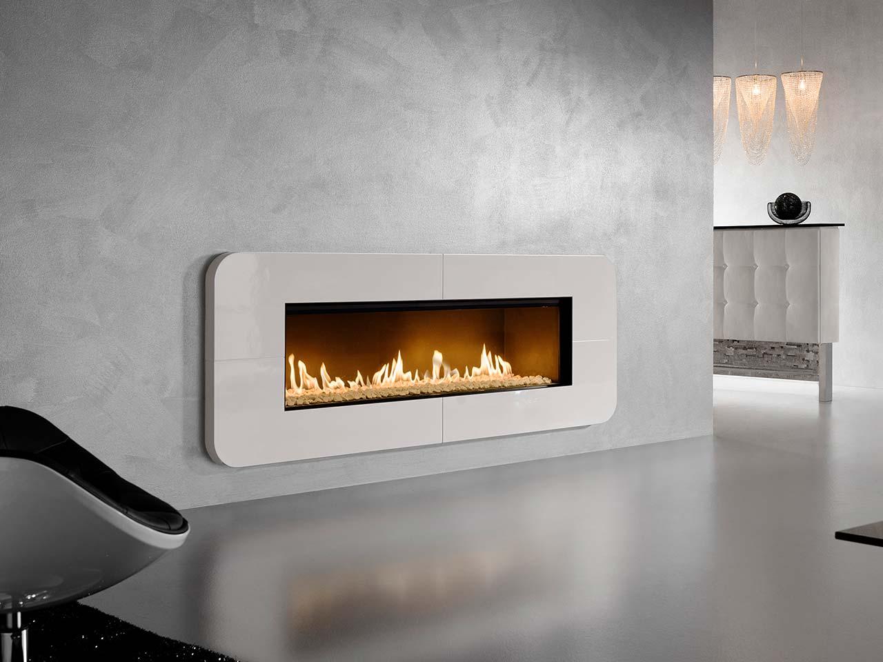 Moderner Design-Panorama-Kachelofen mit hellen hochglänzenden Ofenkacheln. Foto: Sommerhuber