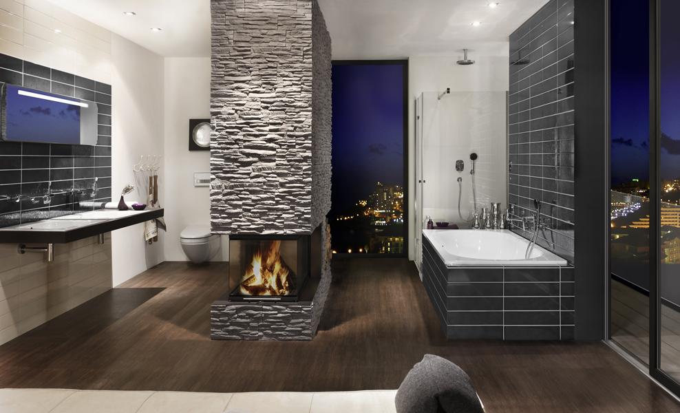 Brunner Panoramakamin mit Natursteinverkleidung als Speicherkamin und Raumteiler im Badezimmer
